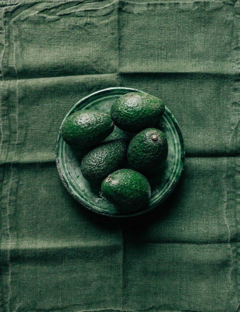 plato verde con aguacates