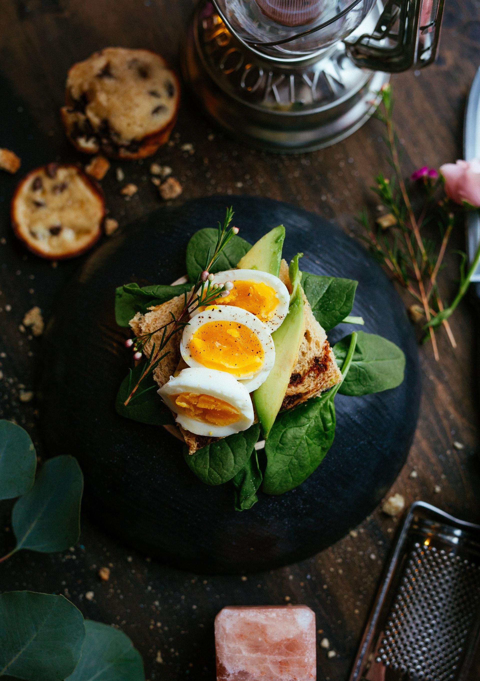 sandwich de espinacas aguacate huevo duro