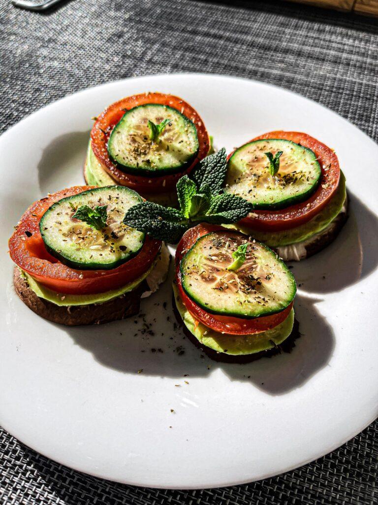 tostada de aguacate tomate y calabacin a la plancha