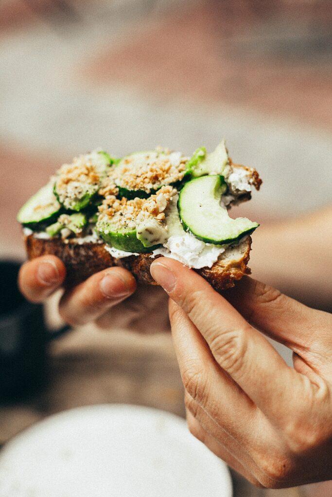 tostada de guacate pepino fresco y frutos secos